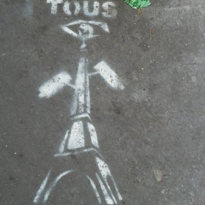 Pochoir tous suspects tour eiffel street art Paris